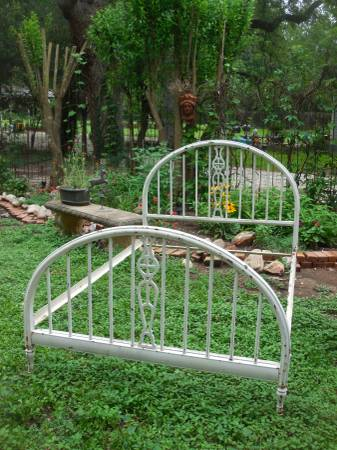 Photo Vintage Full Size Wrought Iron Bed - $150 (San Marcos)