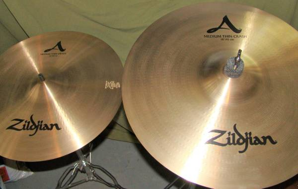 Photo Zildjian 16quot and 18quot crash cymbals (San Marcos)