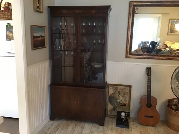 Photo Great classic glass front cabinet - $400 (Santa Barbara)