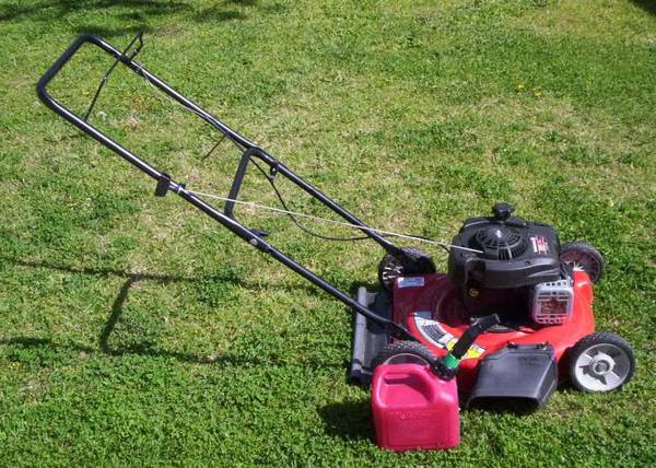 Photo Lawnmower Yard Machines with Gas Can 20 Inch in Good Condition - $65 (Goleta)