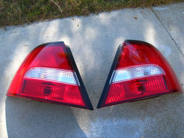 Photo Nissan Altima sedan tail lights - $15 (Goleta)
