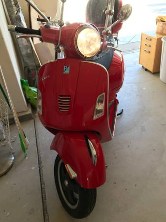 Photo Red Vespa GTS Super 300ie for sale - Like New and low mileage - $5,300 (moorpark)