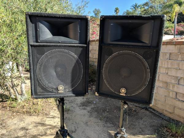 Photo Yamaha 15quot PA Speakers  stands - $350 (Santa Barbara)