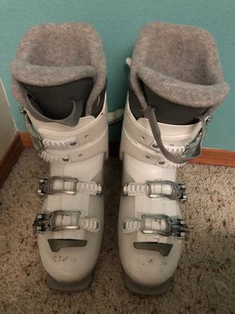 Photo Dalbello womens ski boots size 299mm - $20 (White Rock)