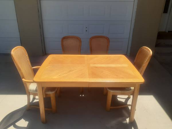 Photo Oak Wood Dining Table and chairs - $120 (Espanola)