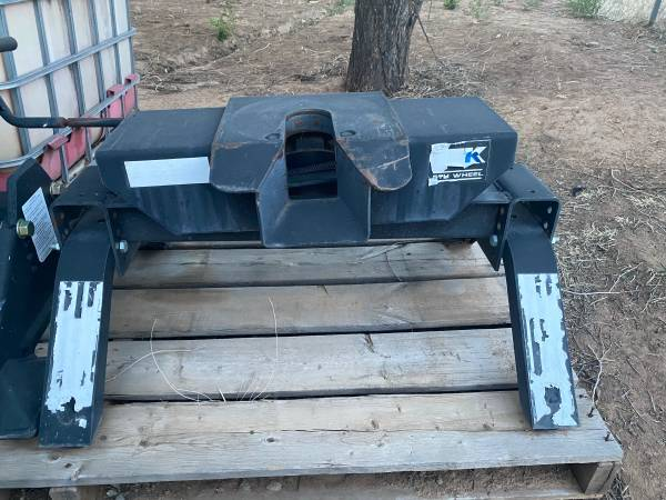 Photo Reese 5th wheel hitch - $200