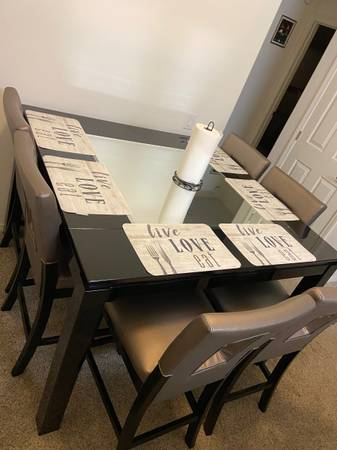 Photo Dining table - $620 (Santa Maria)