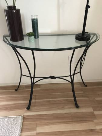 Photo PIER ONE SIDE TABLE  COFFEE STAND - $165