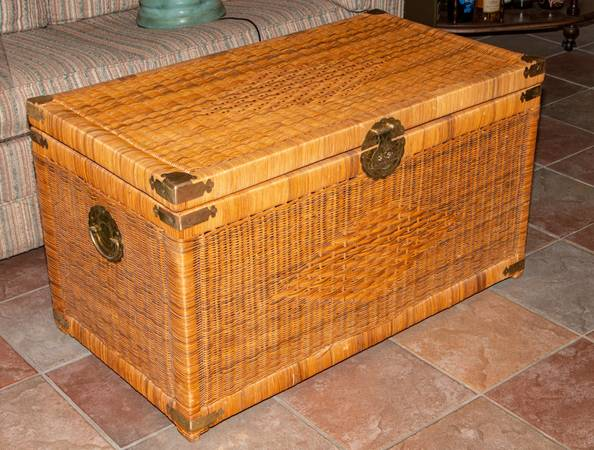 Photo Vintage Wicker Trunk wPlexiglass Top Protector - $200 (Lompoc)