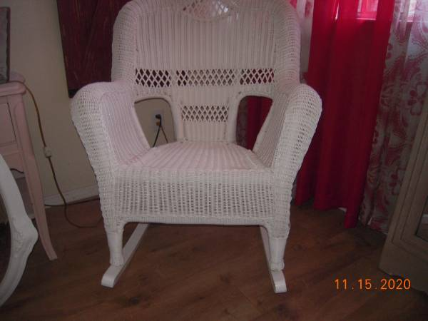 Photo White wicker-like rocking chair - $80 (santa maria)