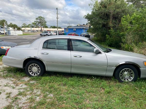 Photo 2002 Lincoln towncar signature series silver on grey leather clean - $2,395 (Sarasota)
