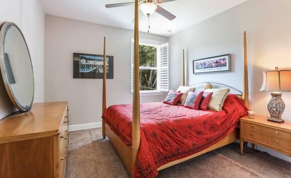 Photo Ethan Allen Maple Bedroom Set Queen 4 Post Bed  Dresser  Nightstand - $1,750 (Sarasota)