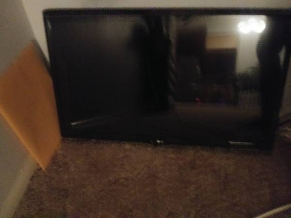 LG Tv 28 inch with Brand New Remote  Manual included - $100 (Sarasota)