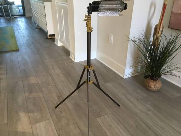 Photo Lightweight Lowel Tota-light Wide Angle Quartz Light on Stand - $79 (Sarasota)