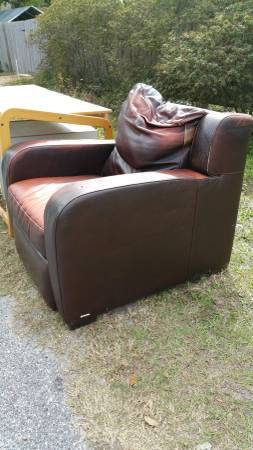 Photo Natuzzi leather recliner, Mac Desk and cabinet, lots of pillows (Sarasota)