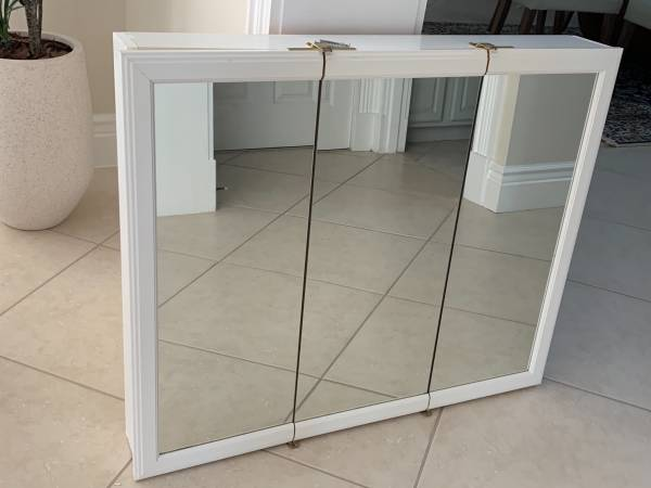 Photo White Solid Wood Glass Front 3 Door 36 Bathroom Wall Cabinet - $85 (Sarasota)
