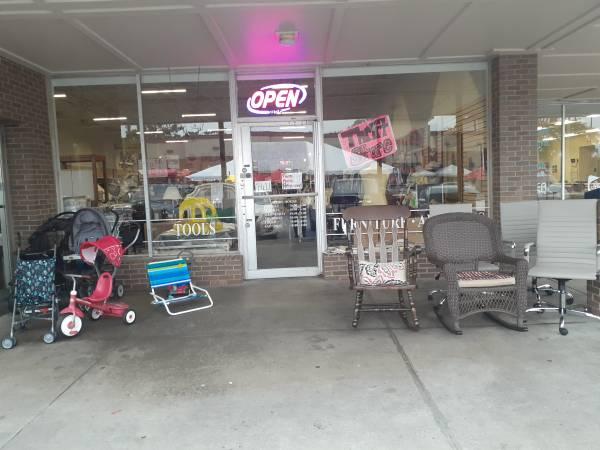 Photo Gorgeous used furniture - $15 (2125 East Victory Drive Savannah)