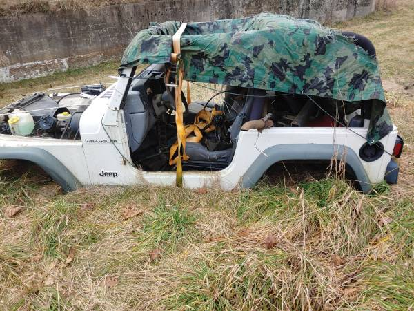 Photo 1997 jeep wrangler 4 cyl. Automatic trans selling parts only (Glen Lyon pa)