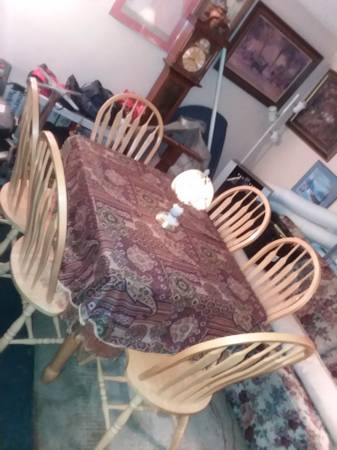 Photo BEAUTIFUL BUTTERFLY LEAF TABLE WITH 6 (SIX) CHAIRS PRISTINE CONDITION - $235 (KINGSTON)