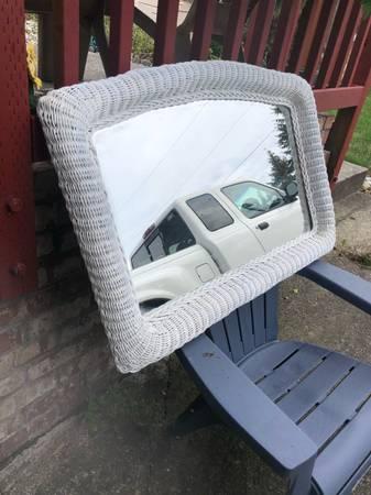 Photo Beautiful white wicker mirror - $35 (EVERETT)