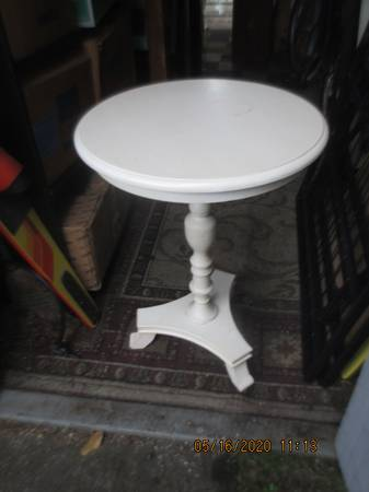 Photo Cute solid wood white round cocktail occasional table - $30 (Federal Way)