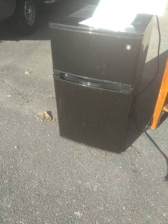 Photo GE mini-fridge, for repair. (Maple Leaf (Seattle))