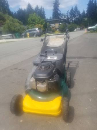 Photo Honda powered self-pro club cadet rear wheel dr lawn mower lawnmower - $200 (Lynnwood)