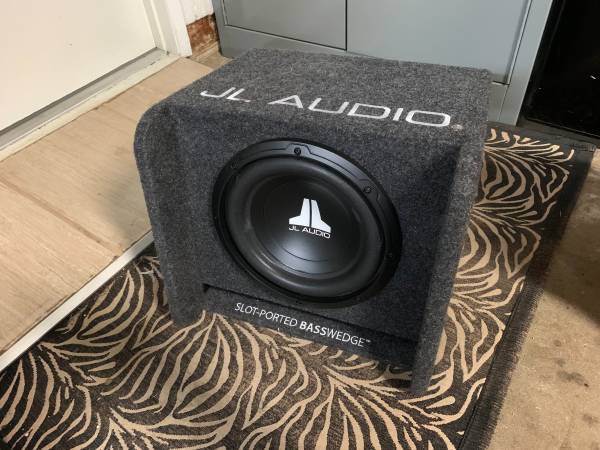 Photo JL Audio 10 Subwoofer with Factory made JL Audio Box - $160 (Marysville)