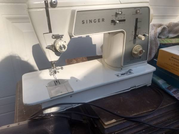 Photo Singer 648 touch  sew sewing machine - $140