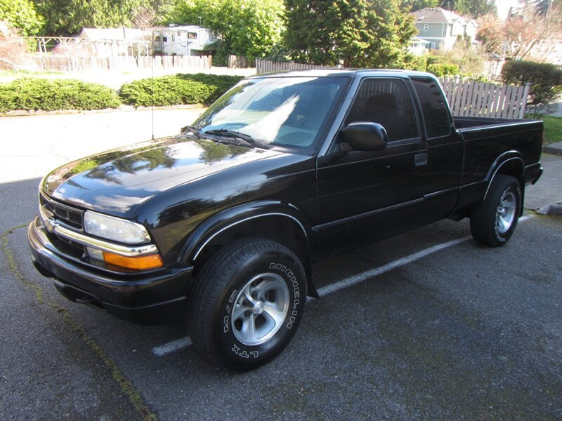Photo Used 2001 Chevrolet S10 Pickup 4x4 Extended Cab for sale