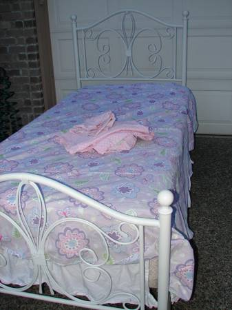 Photo White Iron Metal Twin Bed Sealy Mattress Boxspring Pottery Barn Linens - $185 (Mill Creek)