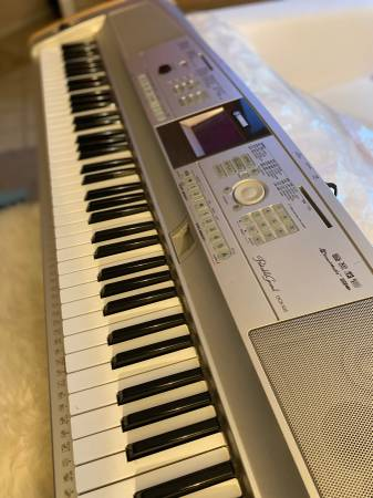 Photo Yamaha DGX-505 88-Key Portable Digital Piano with wood stand and stool - $350 (BELLEVUE)