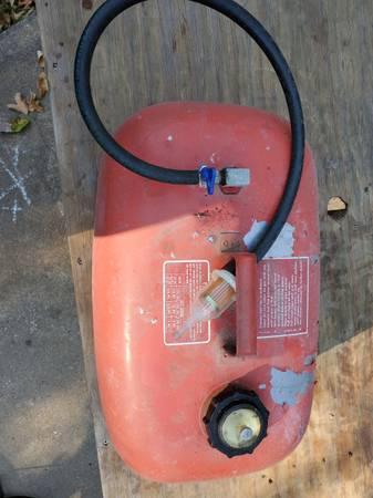 Photo 5 gallon fuel tank - $20 (Jackson)