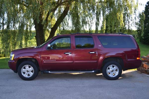 Photo 2008 Chevy Suburban Z71 LTZ - $6,800 (Manitowoc)