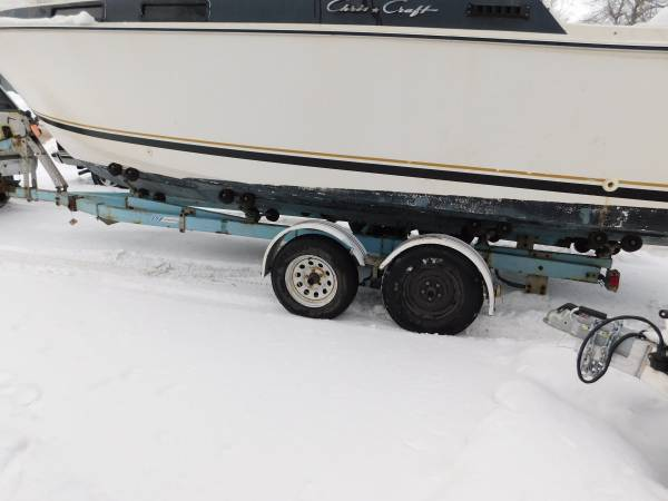 Photo EZ Loader trailer with old Chris Craft, for a 24 or less foot boat - $500 (lake mills)