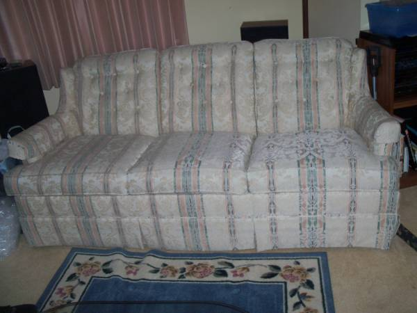 Photo MATCHING COUCH  CHAIR, ROUND OAK TABLE  BUFFET, STEREO CONSOLE... (Manitowoc, WI)