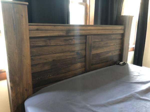 Photo Queen 4 post bed frame - $400 (Sheboygan)