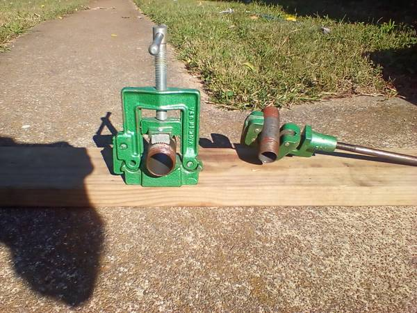 Photo Small pipe vise and pipe cutter - $50 (South Nashville)