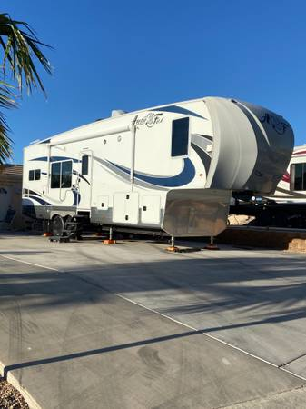 Photo Arctic Fox 29.5K fifth wheel - $46,800 (Show Low, AZ)