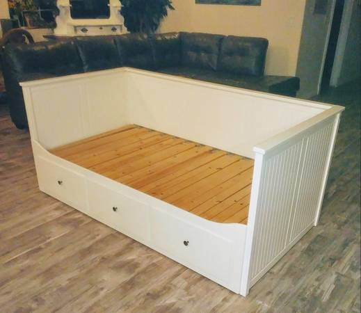 Photo Beautiful platform white bed extends from twin to king size Ikea Hemne - $185 (Snowflake)