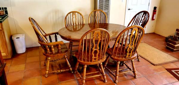 Photo Oak dining table and chairs - $250 (Datil)