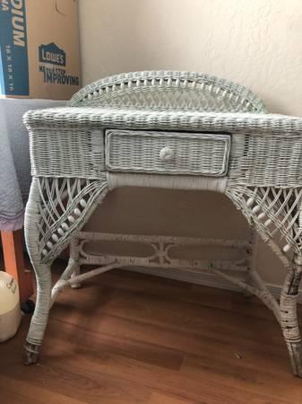 Photo White wicker dressing table - $40 (Snowflake)