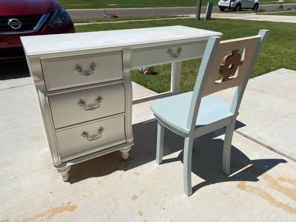 Photo child39s white desk - $110 (bossier)