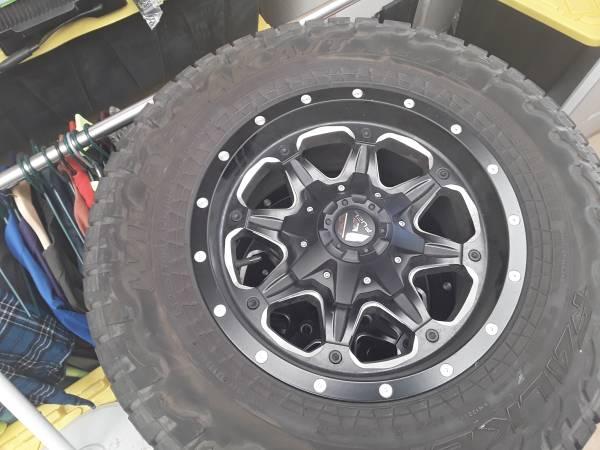 Photo Set of 4 ) GMC 8 Lug rims LT 26570R17 - $800 (Sierra vista)