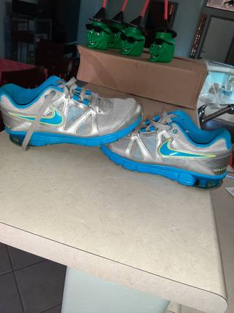 Photo Womens nike size 10 tennis shoe39s cool color gently used - $20 (Sierra vista)