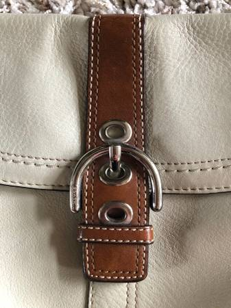 Photo Coach leather buckle bone color purse very nice. - $50 (Papillion)
