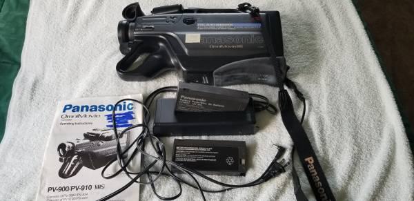 Photo Panasonic OmniMovie PV900 VHS Video Camera Camcorder 12Xcase - $45 (New Ulm)