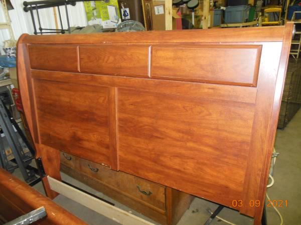 Photo Sleigh Bed Queen - $125 (Sioux Falls, SD)