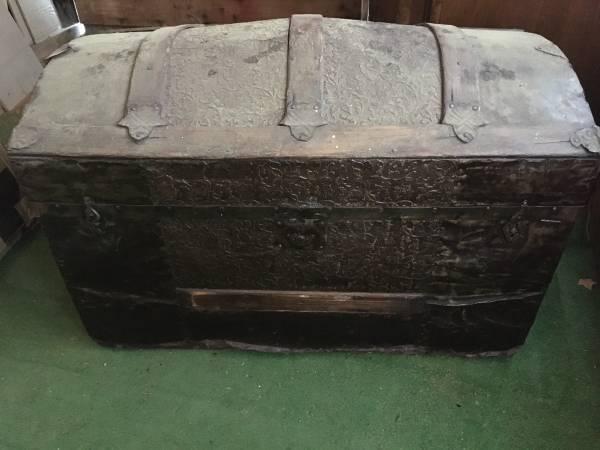 Photo Antique steamer trunk, finished inside - $225 (Mount Shasta)