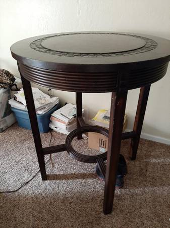 Photo Dining room table w 4 chairs poker style - $200 (Yreka)